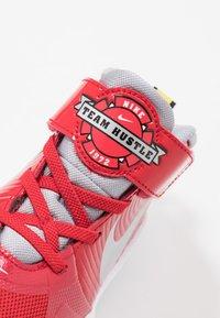 Nike Performance - TEAM HUSTLE D 9 AUTO - Chaussures de basket - university red/metallic silver/wolf grey/white - 2