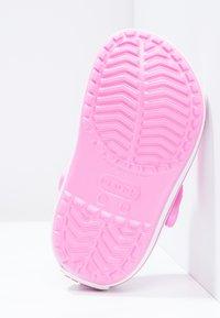 Crocs - CROCBAND - Sandały kąpielowe - party pink - 4