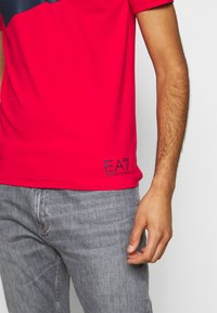 EA7 Emporio Armani - Print T-shirt - racing red - 5