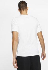 Nike Performance - HERREN BASKETBALL - Print T-shirt - white - 2