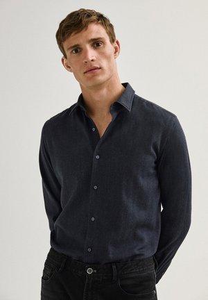 IM SLIM-FIT AUS REINER BAUMWOLLE MIT FISCHGRÄTMUSTER - Camicia - dark blue