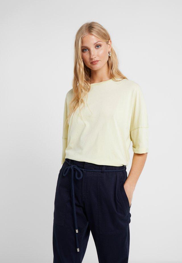 KELIA - T-shirt med print - lemon
