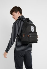 Coach - ACADEMY BACKPACK WITH PATCH - Reppu - black wild beast - 1