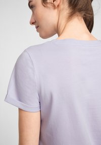 QS by s.Oliver - MIT FRONTPRINT - Print T-shirt - lilac - 5