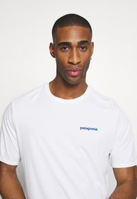 Patagonia - CAP COOL DAILY GRAPHIC - T-shirt imprimé - white - 3