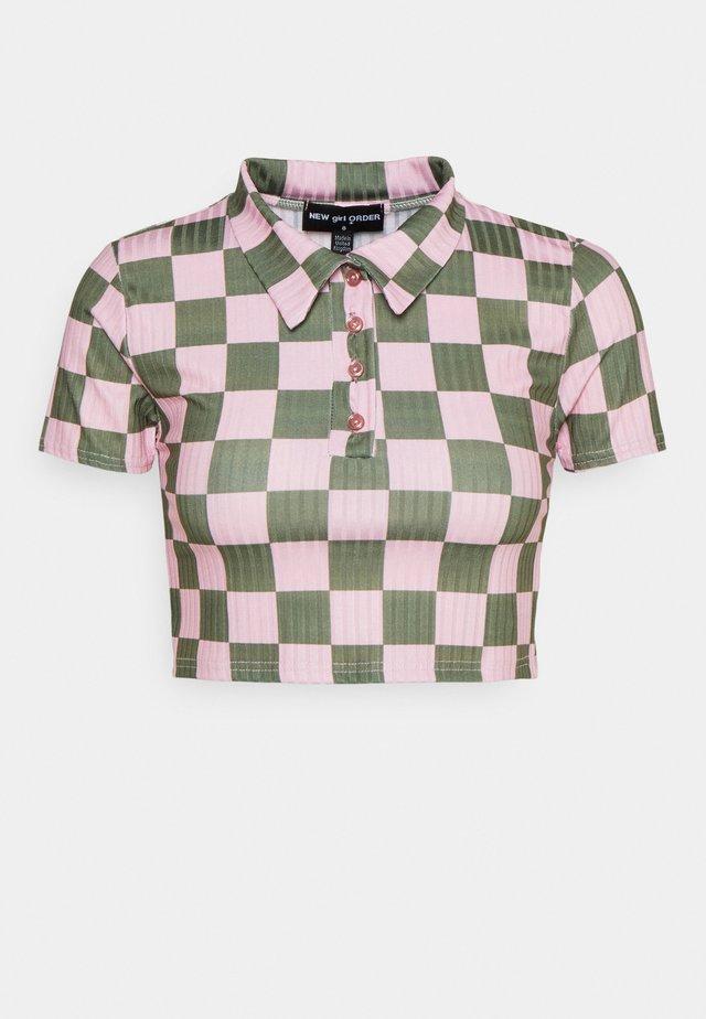 CHECKERBOARD - Camiseta estampada - pink