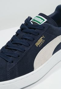 Puma - SUEDE CLASSIC+ - Baskets basses - peacoat/white - 5