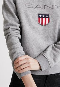 GANT - SHIELD LOGO C NECK - Sweatshirt - grey melange - 3