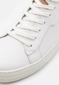 Schmoove - SPARK CLAY - Trainers - white/beige - 5