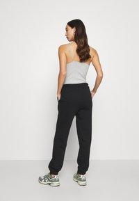 Pieces - PCCHILLI PANTS - Pantalones deportivos - black - 2
