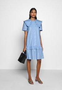 Résumé - TAILOR DRESS - Sukienka letnia - sky - 1