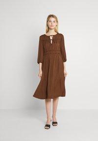 Scotch & Soda - MIDI LENGTH DRESS WITH RUFFLE DETAILS - Jurk - brown - 2