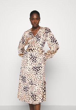 AMUR WRAP DRESS - Denní šaty - cement