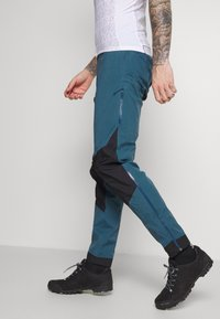 Patagonia - DIRT ROAMER STORM PANTS - Trousers - crater blue - 3