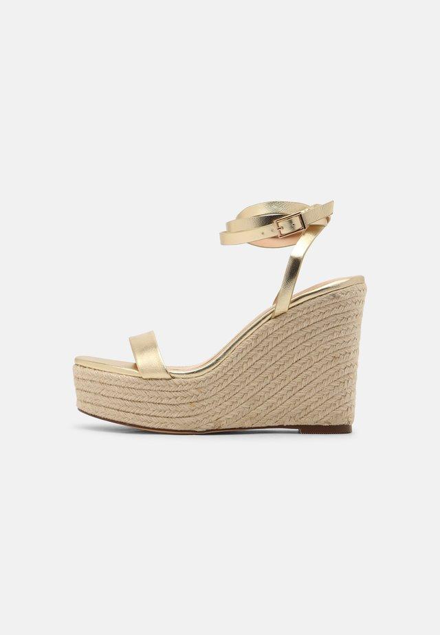 High heeled sandals - gold