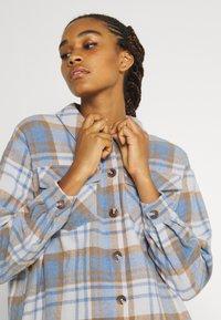 Vero Moda - VMSHAY SHIRT - Skjorte - pristine/allure - 4