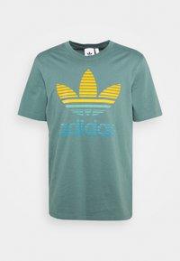 adidas Originals - TREF OMBRE UNISEX - T-shirt med print - hazy emerald - 4