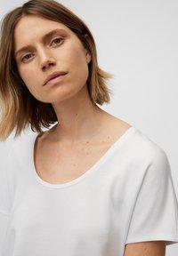 Marc O'Polo - Basic T-shirt - white linen - 4