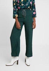Yargici - BINDING DETAILED TROUSERS - Trousers - green - 0