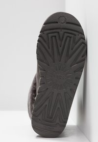 UGG - FLUFF MINI QUILTED - Classic ankle boots - charcoal - 6
