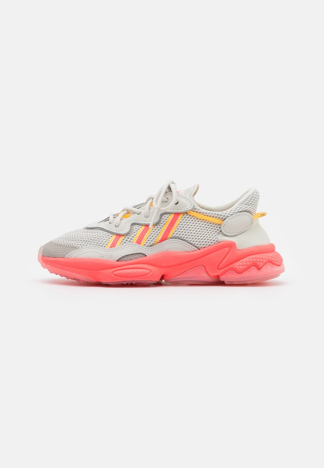OZWEEGO SPORTS INSPIRED SHOES - Baskets basses - talc/signal pink/solar gold