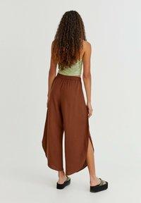 PULL&BEAR - FLIESSENDE MIT SCHLITZEN - Trousers - mottled light brown - 1