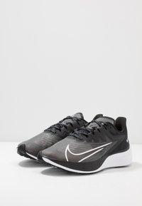 Nike Performance - ZOOM GRAVITY 2 - Obuwie do biegania treningowe - black/white/iron grey - 2