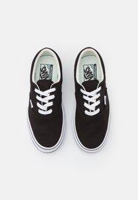 Vans - SUPER COMFYCUSH ERA - Sneakersy niskie - black/true white - 5
