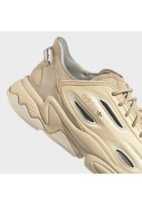 adidas Originals - OZWEEGO HELMET OPEN - Trainers - st pale nude/linen/light brown - 8
