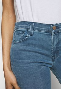 J Brand - SELENA MID RISE CROP BOOT - Jeans Skinny Fit - vivacious - 4