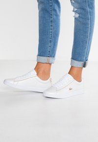 Lacoste - CARNABY EVO 118 6 SPW  - Baskets basses - white/gold - 0