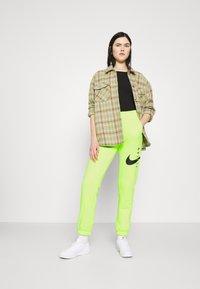 Nike Sportswear - PANT - Pantalon de survêtement - volt/black - 1