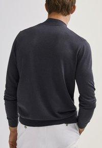 Massimo Dutti - MIT GERIPPTEM STEHKRAGEN - Sweatshirt - grey - 2