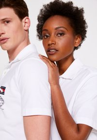 Tommy Hilfiger - ONE PLANET SMALL LOGO UNISEX - Polo shirt - white - 4