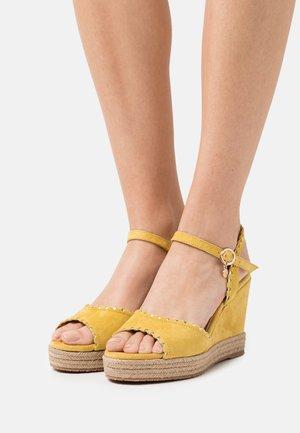 GYLDAN - Sandály na platformě - yellow