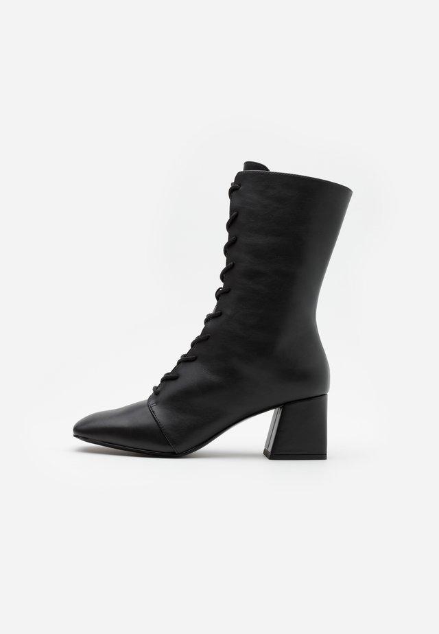 VEGAN THELMA BOOT - Stivali con i lacci - black