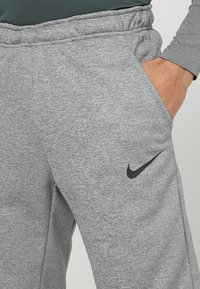 Nike Performance - THRMA TAPER - Pantalon de survêtement - dark grey heather/black - 3