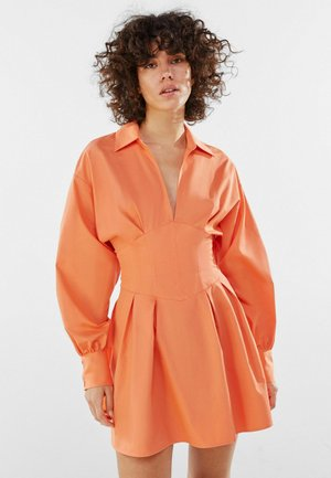 MIT KORSETT UND SCHLEIFE AM RÜCKEN - Day dress - orange