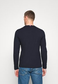 Tommy Hilfiger - MIRRORED FLAGS LONG SLEEVE  - Longsleeve - blue - 2