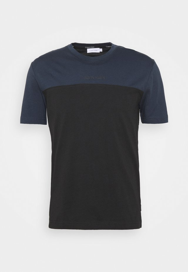 COLOR BLOCK - T-shirts med print - black/blue
