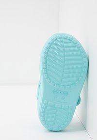 Crocs - CLASSIC CROSS STRAP - Pool slides - ice blue - 5