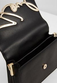 KARL LAGERFELD - SIGNATURE SHOULDERBAG - Across body bag - black/gold - 2