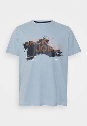 JCOHOLE TEE CREW NECK - Triko spotiskem - dusty blue