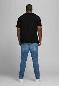 Jack & Jones - JJELOGO TEE O NECK - Print T-shirt - black - 2