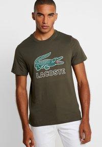 Lacoste - T-shirt med print - baobab - 0