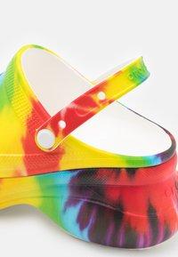Crocs - Pantofle na podpatku - multicolor - 5