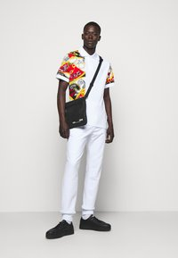 Versace Jeans Couture - PRINT BELT PAISLEY - Polo shirt - rosso - 1