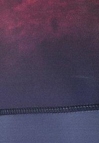 Onzie - GRAPHIC HIGH RISE MIDI - Leggings - fire - 2