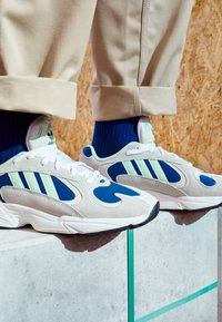 adidas Originals - YUNG-1 - Sneakers laag - footwear white/gloe green/collegiate royal - 7
