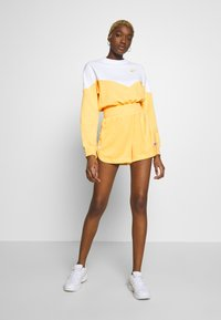 Nike Sportswear - W NSW HRTG CREW FLC - Sweatshirt - topaz gold/white - 1